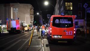 Berlin: Feuerwehrfahrzeuge stehen an einer Unfallstelle auf der Straße
