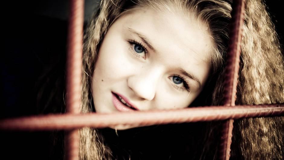 Mädchen hinter Gittern