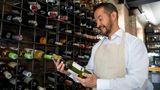 Unterschätzen Sie nicht die Bedeutung, einen guten Draht zum Weinfachverkäufer zu haben  Im Supermarkt und Discounter steht niemand zur Seite um Sie am Weinregal zu beraten. Dafür aber der unabhängige Weinfachverkäufer. Der lernt Sie nicht nur mit der Zeit kennen, sondern auch Ihren Geschmack und kann Sie daher gezielt beraten.