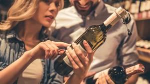 Kaufen Sie Wein niemals nur nach Etikett  Ein Etikett sagt ihnen nichts über den Wein, obwohl ein schönes Etikett natürlich eher ins Auge fällt. Werfen Sie deshalb immer einen Blick auf das Rücketikett, das gibt Auskunft über den Alkoholgehalt, aus welcher Region oder gar von welchem Winzer der Wein stammt und aus welcher Rebsorte er produziert wurde.