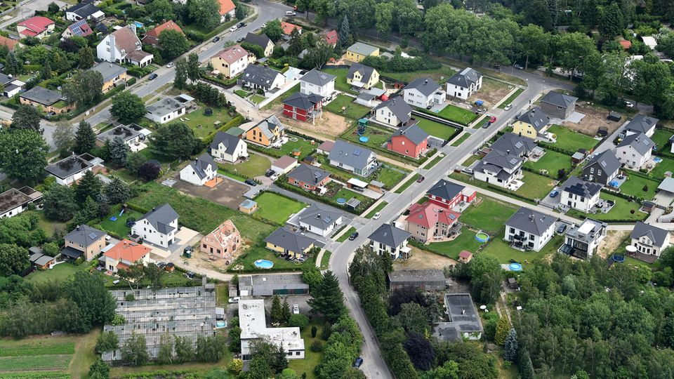 Grüner Rasen und Einfamilienhäuser