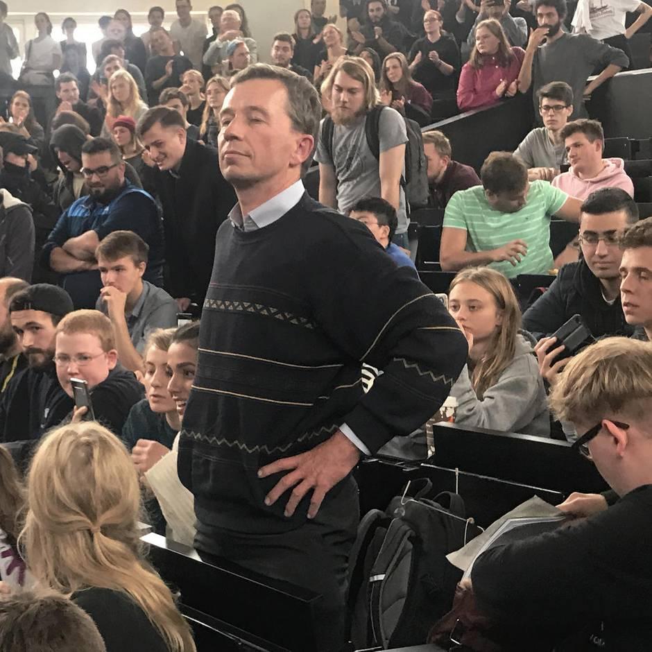Er ist wieder da : AfD-Gründer Bernd Lucke lehrt wieder an der Uni Hamburg – wir waren in seiner Vorlesung