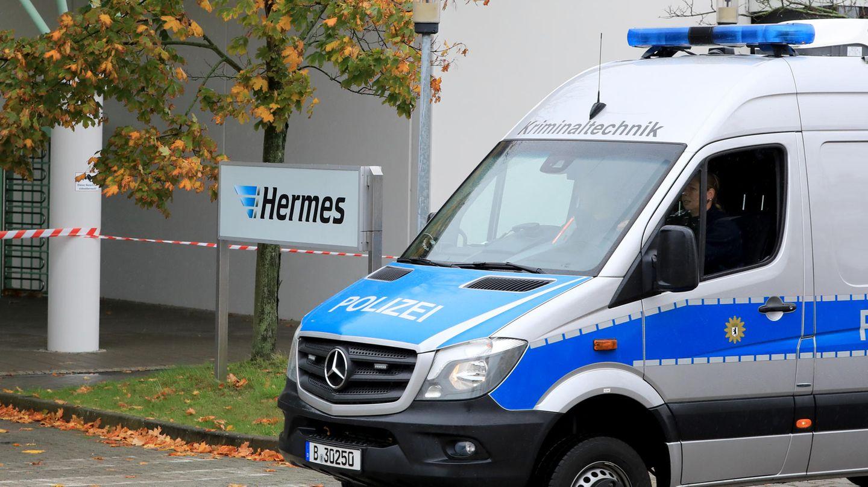 Ein Polizeiauto von der Kriminaltechnik fährt auf das Gelände des Paketdienstleisters Hermes