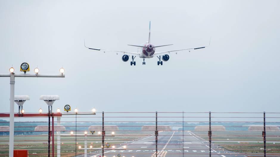 Ein Flugzeug landet am Helmut-Schmidt-Airport