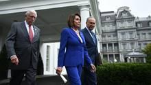 Nancy Pelosi verlässt mit ihren Parteifreunden Chuck Schumer und Steny Hoyer das Weiße Haus