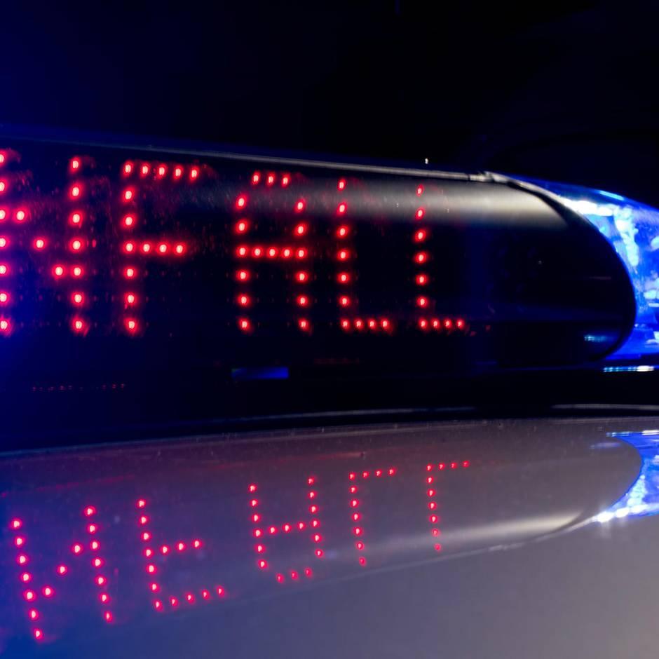 Nachrichten aus Deutschland: Vom Feldweg auf die Autobahn: Unbekannte von Lkw erfasst und überrollt