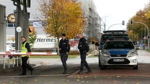 Polizisten vor dem Paketzentrum von Hermes in Haldensleben