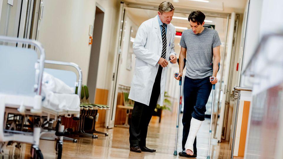 Ein mann mit Beinbruch im Krankenhaus