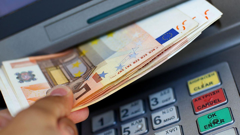 Kriminelle manipulieren Geldautomaten, sodass diese ihr gesamtes Bargeld ausgeben.