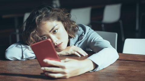 Frau guckt auf ihr Handy