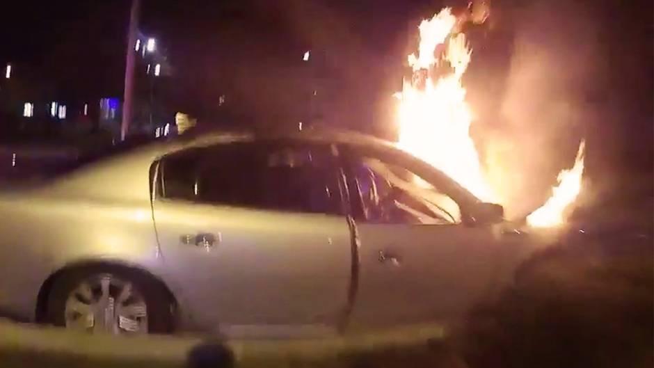 Bodycam-Aufnahmen: Brennendes Auto: US-Cops wollen Frau retten – doch die Tür lässt sich nicht öffnen