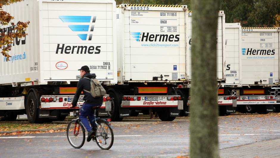 Ein Hermes-Mitarbeiter verlässt das Betriebsgelände. Der Paketdienstleister hat seine Arbeit inzwischen wieder aufgenommen.