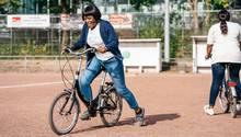 Fahrradkurs: Flüchtlingsfrauen lernen in Hamburg Fahrrad fahren