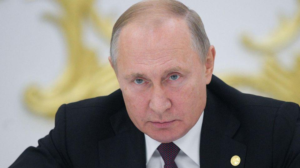Wladimir Putin blickt entschlossen