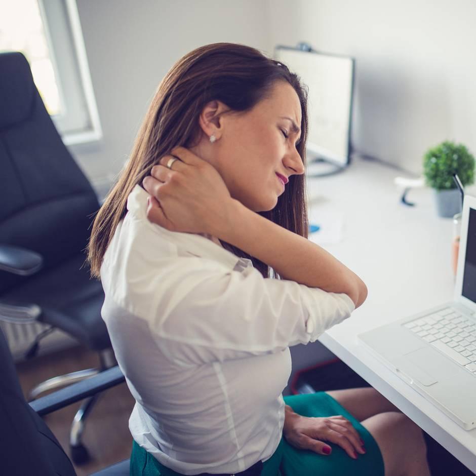Steifer Hals?: Nackenverspannung lösen: So lindern Sie die Beschwerden – und beugen ihnen vor