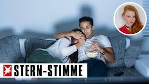Paar auf einem Sofa, Mann hält der Frau die Augen zu