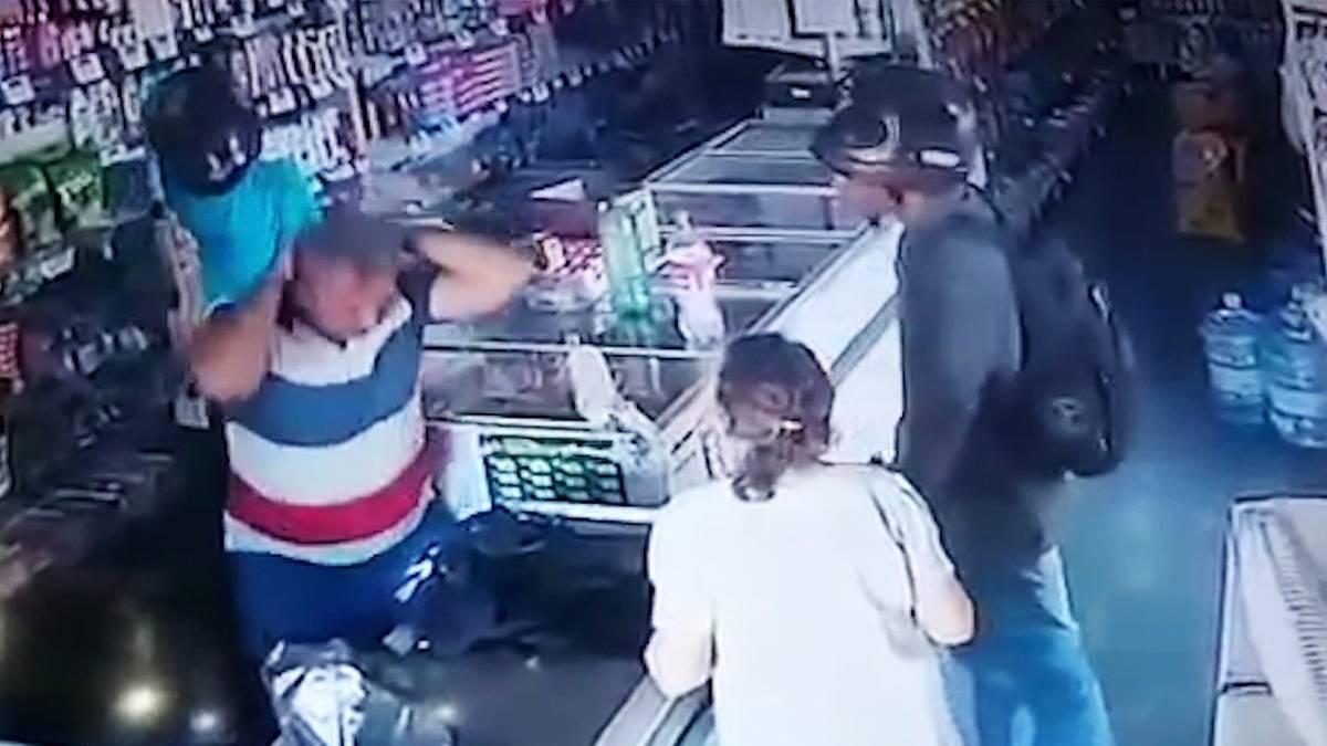 Kuriose Szene in Brasilien: Alte Frau will Räubern ihr Geld geben – dann kommt es plötzlich zu einem Kuss