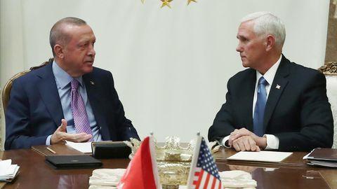 US-Vizepräsident Mike Pence (r.) einigt spricht mit dem türkischen Präsidenten Recep Tayyip Erdoganin Ankara