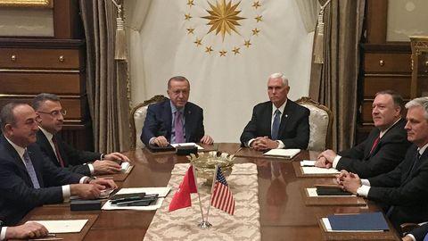 Der türkische Präsident Erdogan und US-Vizepräsident Pence am Verhandlungstisch