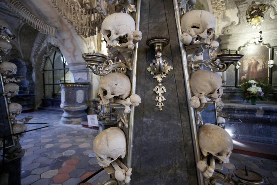 Im Inneren derAllerheiligenkirche in Sedletz bei Kutna Hora:František Rint schuf das gesamte Inventar mithilfe menschlicher Knochen.