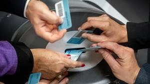 """Bundestagsabgeordnete werfen ihre blauen """"Ja""""-Stimmkarten bei der namentlichen Abstimmung zur Grundsteuer in die Wahlurnen"""