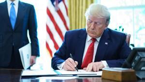 US-Präsident Donald Trump unterzeichnet ein Dekret