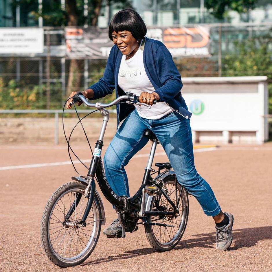 Integration : Mit erwachsenen Migrantinnen auf einem Fahrrad-Übungsplatz in Hamburg