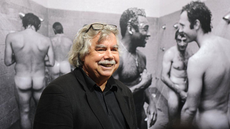 Volker Hinz vor seinem Fotos mit Pelé und Beckenbauer in der Dusche