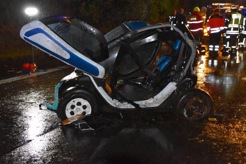 Das Elektrofahrzeug des Opfers steht an der Unfallstelle auf der B36