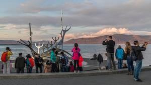 Die Skulptur Sófflar, ein beliebtes Fotomotiv, symbolisiert ein Wikingerschiff