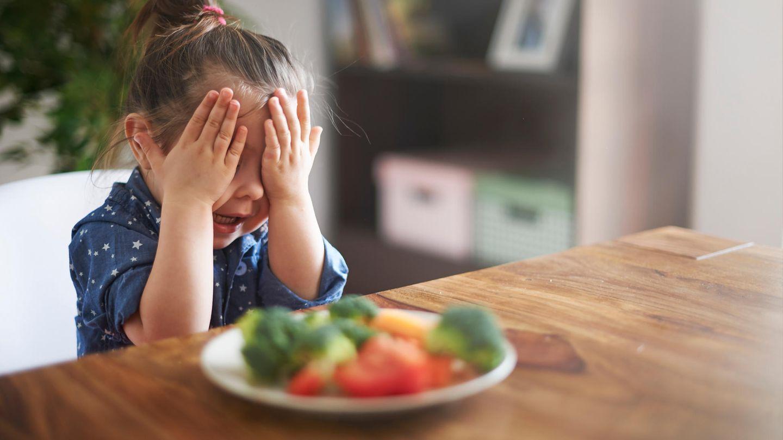 Versuchen Sie es immer wieder  Es mag vielleicht masochistisch klingen, aber bereiten Sie immer wieder eine Portion Gemüse für sich zu. Eine kleine Menge ist ein guter Anfang. Studien haben ergeben, dass man Kindern ungeliebtes Obst oder Gemüse bis zu sieben Mal zum Probieren geben sollte, so dass sie es letztendlich mögen.