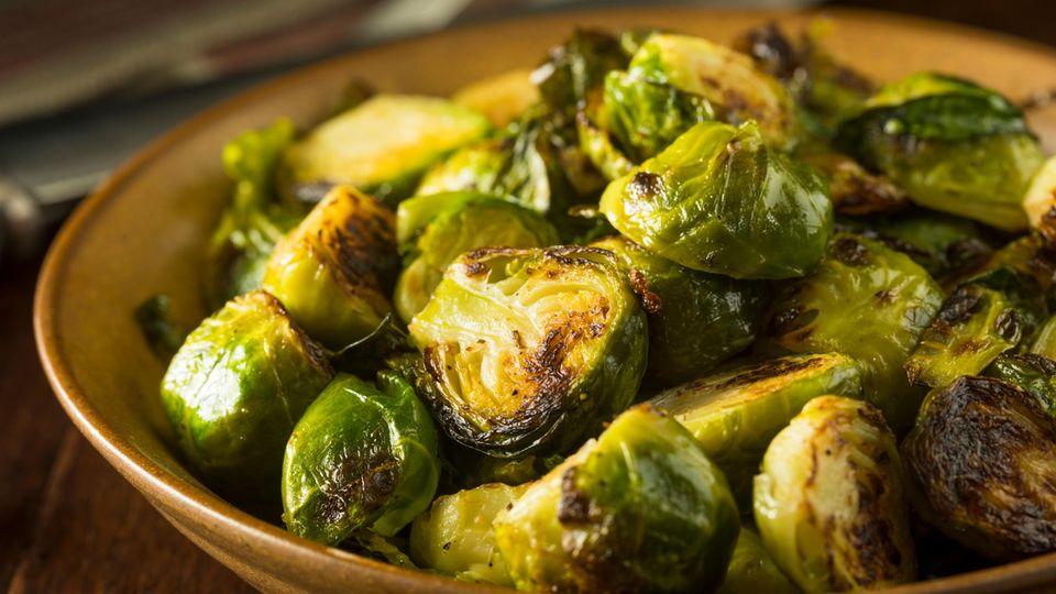 Gemüse anders zubereiten  Sie können den weichen, matschigen Rosenkohl aus Ihrer Kindheit einfach nicht verdrängen? Versuchen Sie doch Rosenkohl einmal anders zuzubereiten. Beispielsweise gebraten aus der Pfanne, so bleibt das Gemüse schön knackig. Oder mit asiatischen Aromen wie Chili, Ingwer und Knoblauch.