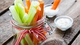Gesunde Snacks immer griffbereit haben  Es hilft ungemein, wenn Sie Früchte, Gemüsesticks oder Nüsse immer in Reichweite haben. Ist dem nicht so, greifen Sie viel schneller zu Schokolade oder Kartoffelchips.