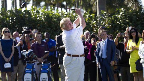 """Donald Trump schwingt in seinem """"Doral"""" Resort den Golfschläger (Archivbild)"""