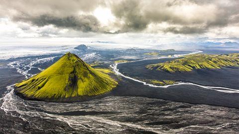 Der moosgrüne Vulkankegel des Mælifell in Hálendið, dem isländischen Hochland