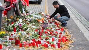 Izzet Cagac aus Halle vor dem Meer aus Kerzen und Blumen an der Gedenkstelle