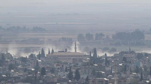 Rauch steigt über der syrischen Stadt Ras al-Ain auf