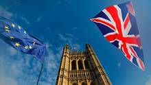 Flaggen flattern vor dem Parlament in Westminster