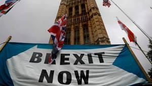 """Ein Banner mit der Aufschrift """"Brexit now"""" fordert den sofortigen Brexit"""