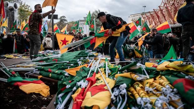 In Köln verteilen Demonstranten kurdische Fahnen