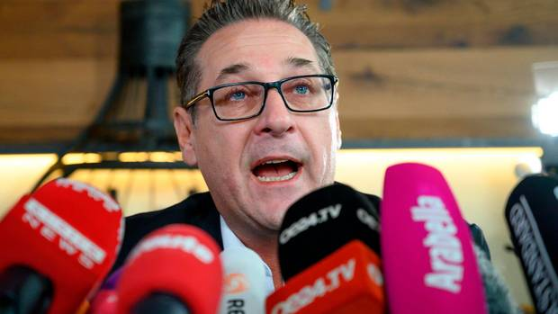 Heinz-Christian Strache  spricht in Mikrofone