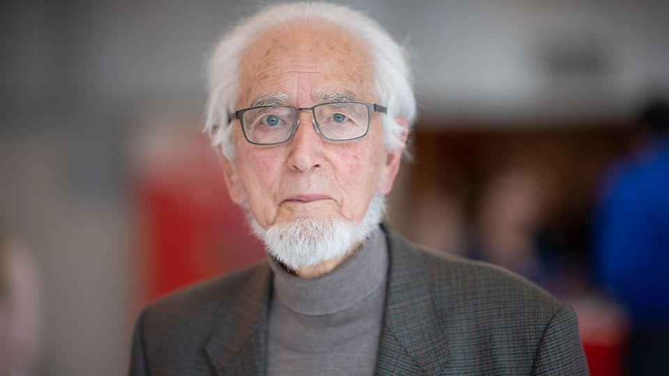 Erhard Eppler blickt ernst