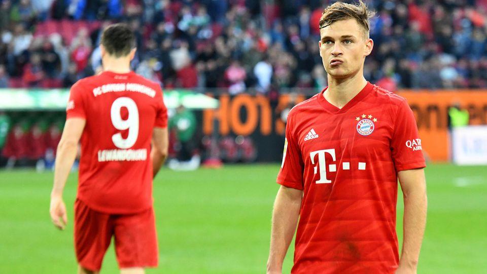 Bayern geschockt:Münchens Joshua Kimmich (rechts) steht nach dem Spiel enttäuscht auf dem Platz.
