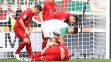 Niklas Süle  liegt am Boden und wird behandelt