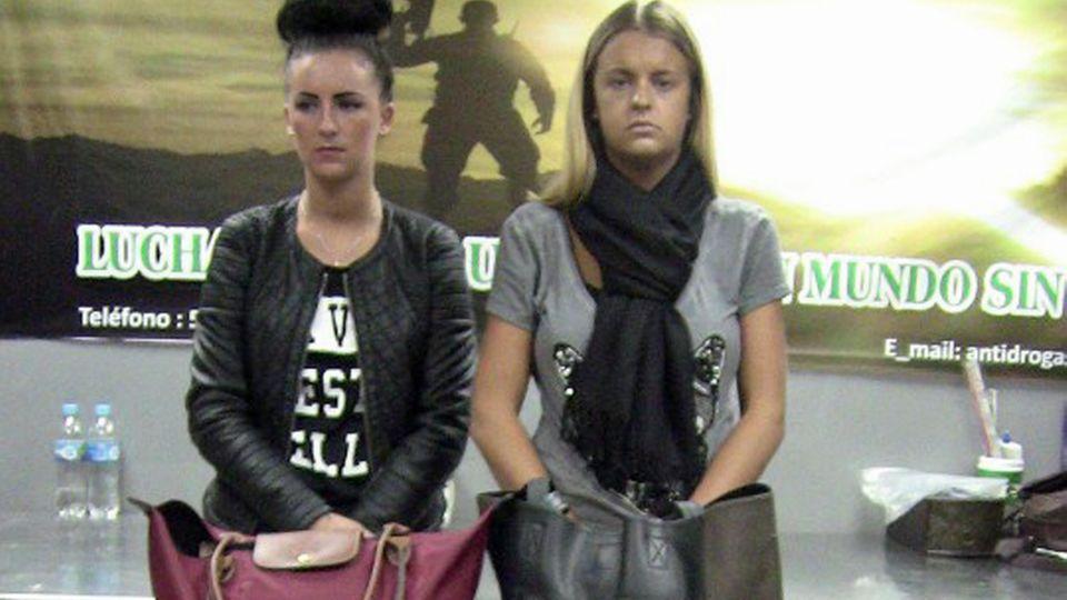 Michaella Mccollum (l) und Melissa Reid bei ihrer Verhaftung.