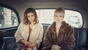 Sophie Cookson (links) spielt Christine Keeler und Ellie Bamber (rechts) und übernimmt ihrer Freundin Mandy RiceDavies.