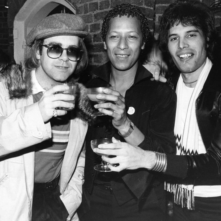 """Mithilfe von Freddie Mercury: """"Ich blieb tagelang wach, guckte Pornos, nahm Drogen"""": Wie Elton John seine Sucht überwand"""