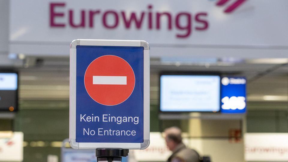 """""""Kein Eingang"""" steht an einem Check-in-Schalter von Eurowings am Flughafen Düsseldorf"""