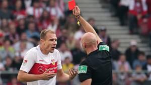 Holger Badstuber sieht in der Partie VfB Stuttgart gegen Holstein Kiel die gelb-rote Karte
