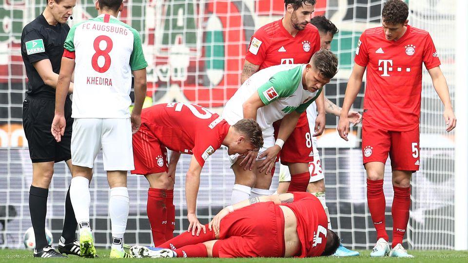 Niklas Süle liegt in Augsburg am Boden.